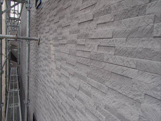 石材調のパネル外壁は退色が見られます。