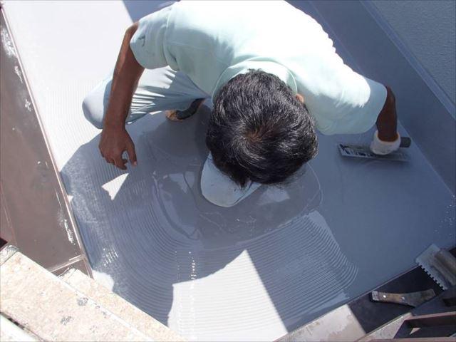 1回目の主剤が硬化したら2回目のウレタン防水主剤を塗布します。