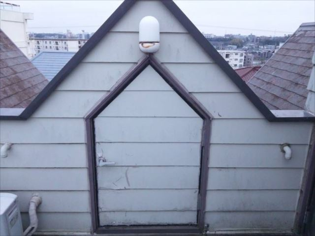 屋上に有る物入れ小屋の扉。雨漏りになる可能性が高いので扉を撤去して封鎖することにしました。