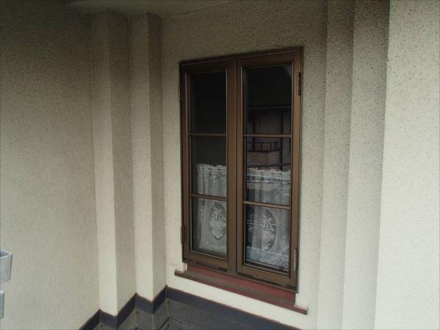 玄関上の窓周りは段差が付いておしゃれな造りになっています。