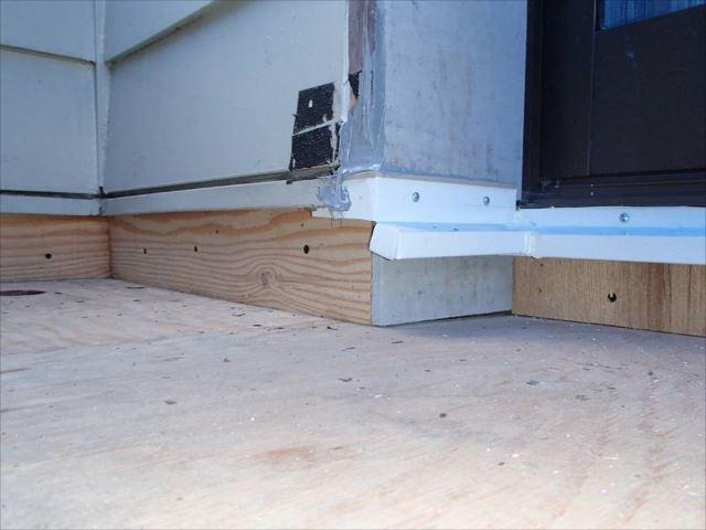 戸袋を塞ぎ、水切り板金を設置。各所にシール処理を行って下地工事が終了です。この後にFRP防水工事を行います。