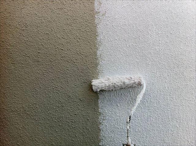 外壁の下塗りです。サーフェイサーを使用しています。