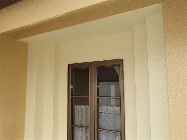 窓まわりの段差は明るい黄色で塗装。おしゃれ度が増しました。