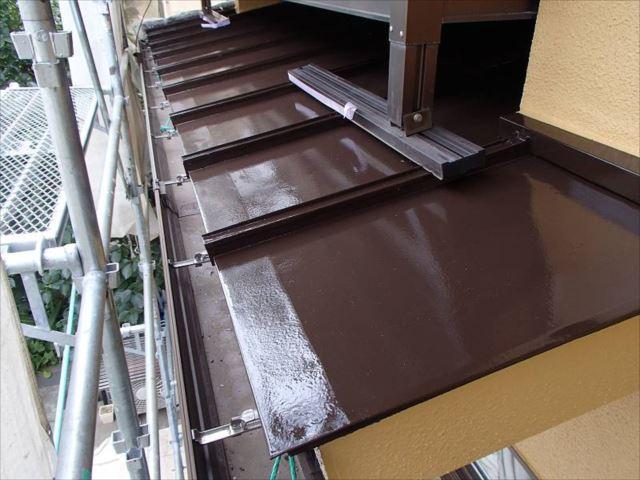 バルコニー下の下屋根はトタン屋根。こちらもコゲ茶で塗装しました。