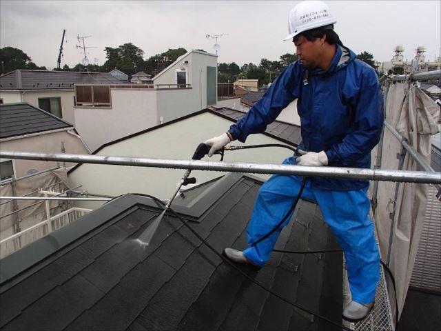 高圧洗浄で屋根の汚れを洗い流します。