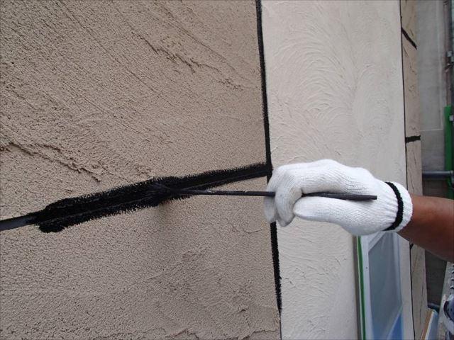 外壁の下塗りまでを終えて目地を塗装します。