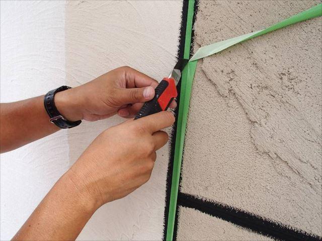 塗装が完全に乾いたことを確認して目地部分を養生します。
