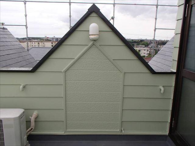 屋上の物入れ小屋の扉を撤去し壁を造作しました。