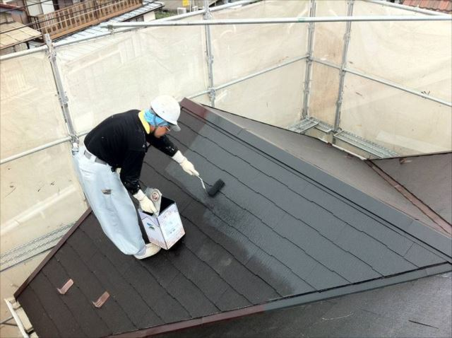 屋根の中塗り中です。遮熱塗料を使用しています。