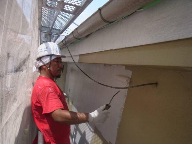 外壁の下塗り中です。まずはフィーラーを使用します。