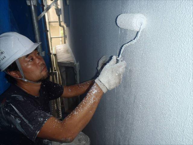続いて弾性塗装の下地となるマスチック塗装を行います。分厚い弾性下地を2回塗りで仕上げます。