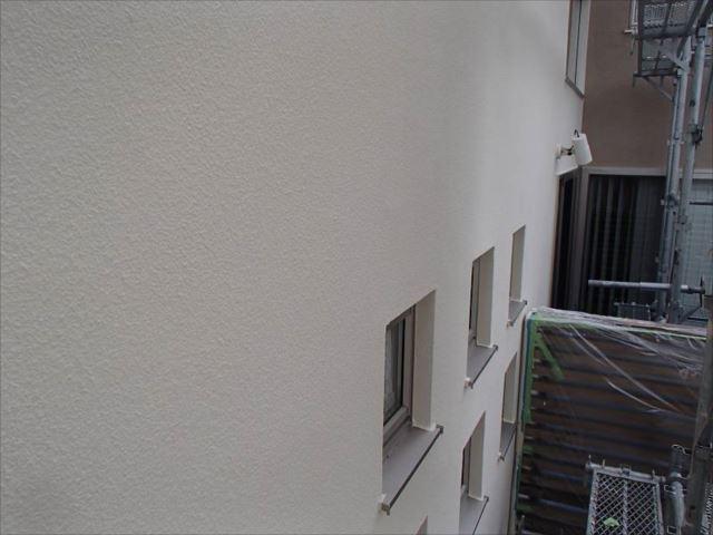 雨染みが目立っていた白いジョリパット面。こちらも艶消し塗料で塗装しました。