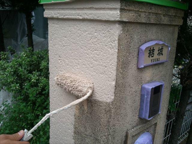 門塀も外壁と同じ仕様で塗装します。