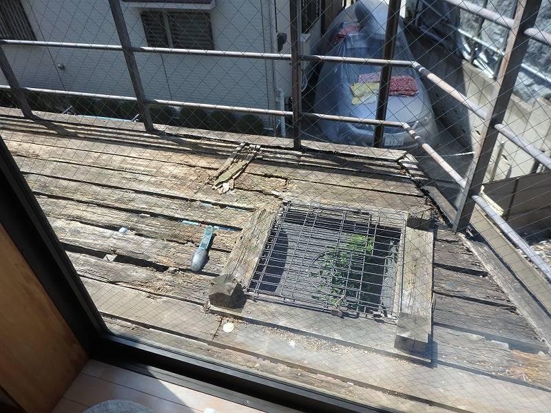 床板は腐朽。床だけでなく、バルコニー全体を改築することになりました。
