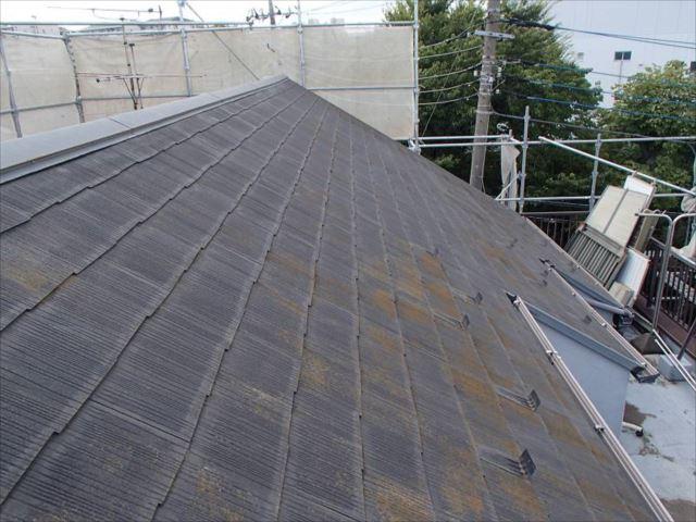 施工前の屋根です。わずかにコケが見られます。