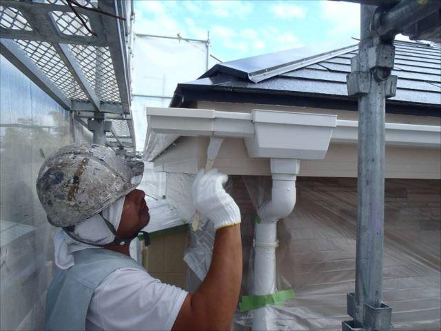 雨樋は既存と同じ白で塗装。