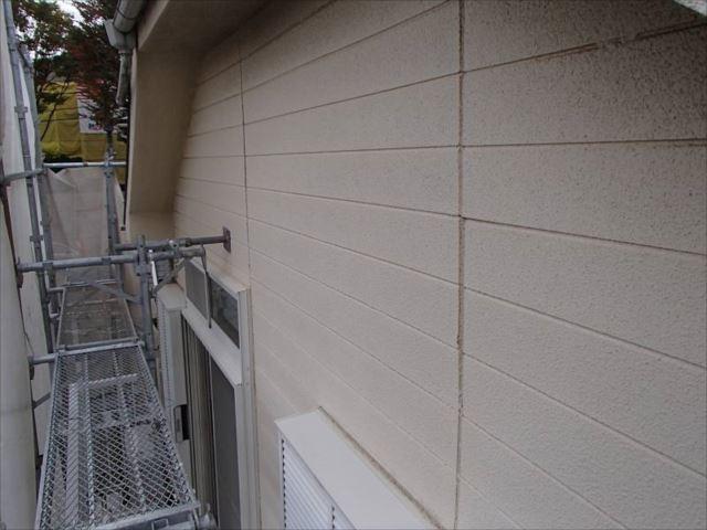施工前の外壁です。サイディング外壁に塗料を吹き付けている仕上げです。