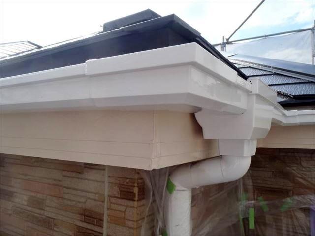 真っ白に塗られた雨樋。新品以上に輝いています。