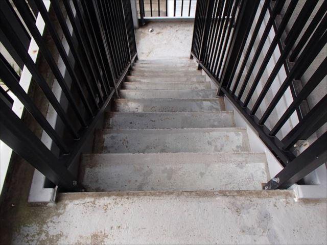 モルタル仕上げの階段。雨の日はちょっと怖いそうです。