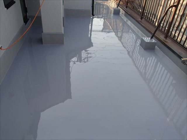 最後にトップコートを塗布してウレタン防水の完成です。