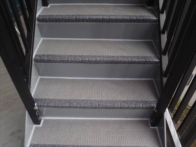 階段にはノンスリップシート(タキステップ)を貼りました。