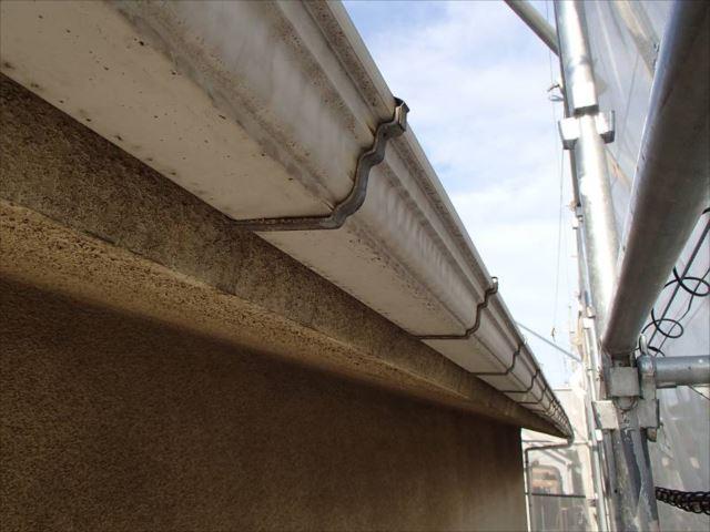 雨樋は歪みや変形が顕著になってきたため全交換することになりました。