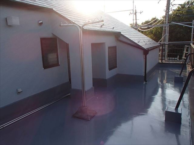 バルコニー床は全面ウレタン防水を更新しました。まるで鏡のように輝いています。