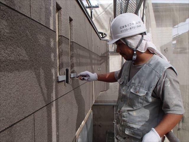 石材調部分の塗装にはクリヤー塗装「クリーンエレガントップ」を使用しました。同じ塗料を2回塗ります。