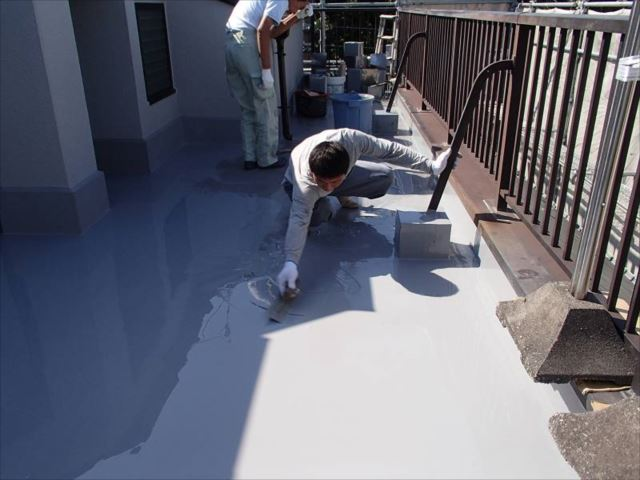 プライマー塗布後にウレタン防水の主剤を流しています。