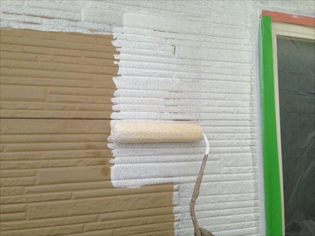 外壁の下塗り中です。一度真っ白に塗ります。