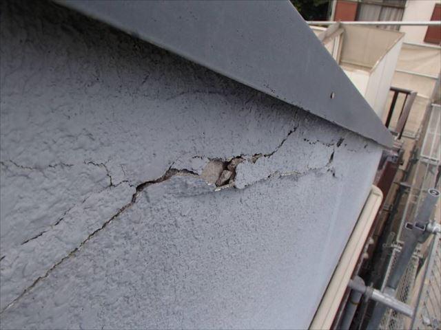 ALC外壁はモルタルで仕上げています。目地にはシール材ではなくモルタルを埋め込んでいるため、経年劣化により目地部分のモルタルが剥がれています。