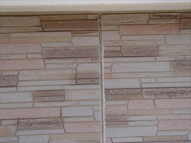 とってもおしゃれな石材調のサイディングパネル。板間目地のシールが劣化してところどころに切れが有りました。
