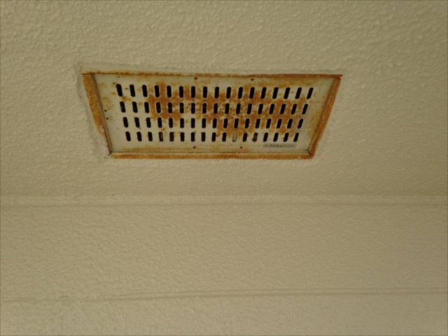 廊下の天井にある換気口。錆だらけです。