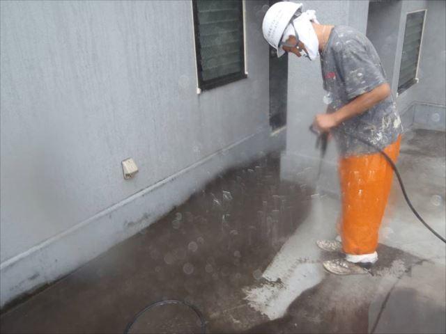 高圧洗浄で汚れを洗い流します。