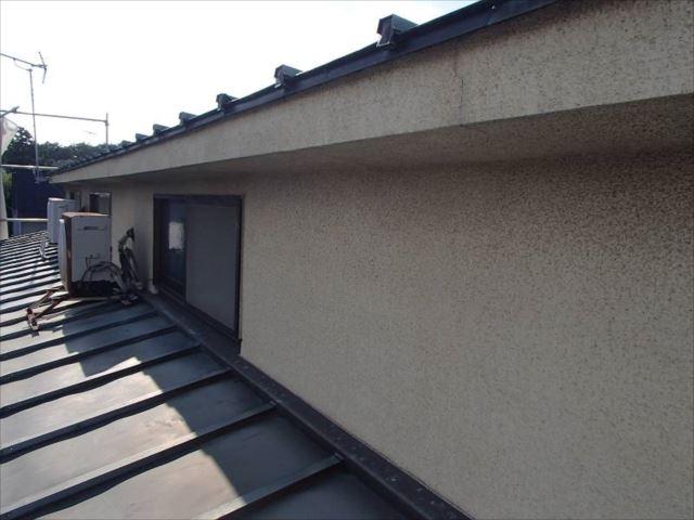 屋根は数年前に葺き替えたため塗装の必要は無し。外壁には大きなクラックや汚れが多数見受けられます。