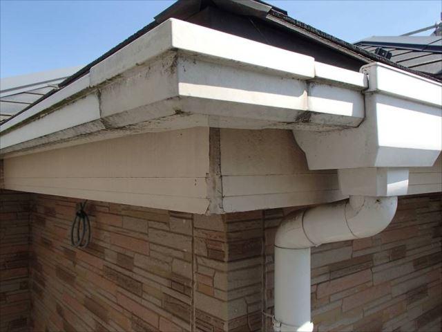白かった雨樋は色褪せと汚れで厳しい状態です。