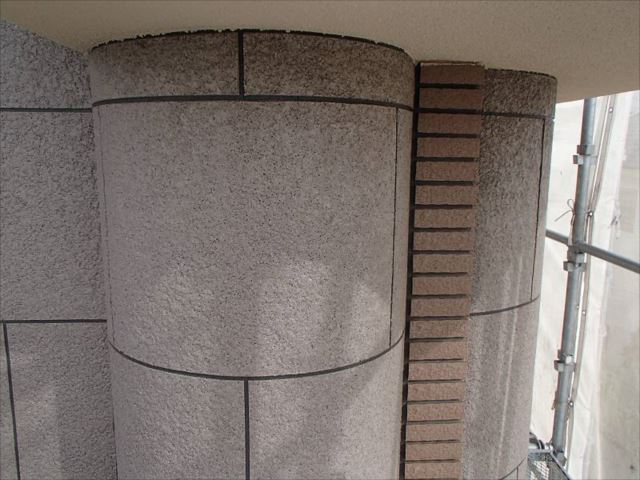 石材調吹付けのアクセント部分。施工前に比べしっとりとした艶が生まれています。