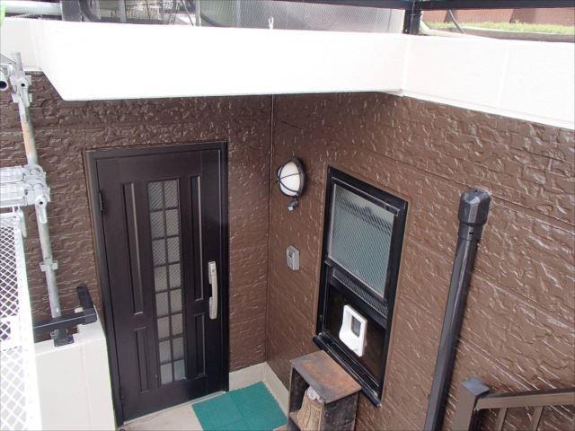 ALCパネルの外壁は焦げ茶で塗装しています。