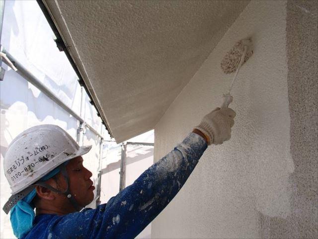 外壁の上塗りです。塗料にはSK化研の艶消し塗料「アートフレッシュ」を使用しています。