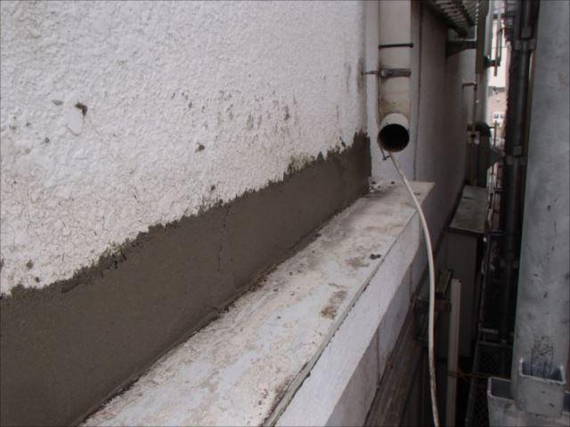 モルタルを塗って補修作業は無事終了。モルタルが充分乾いてから塗装を行います。