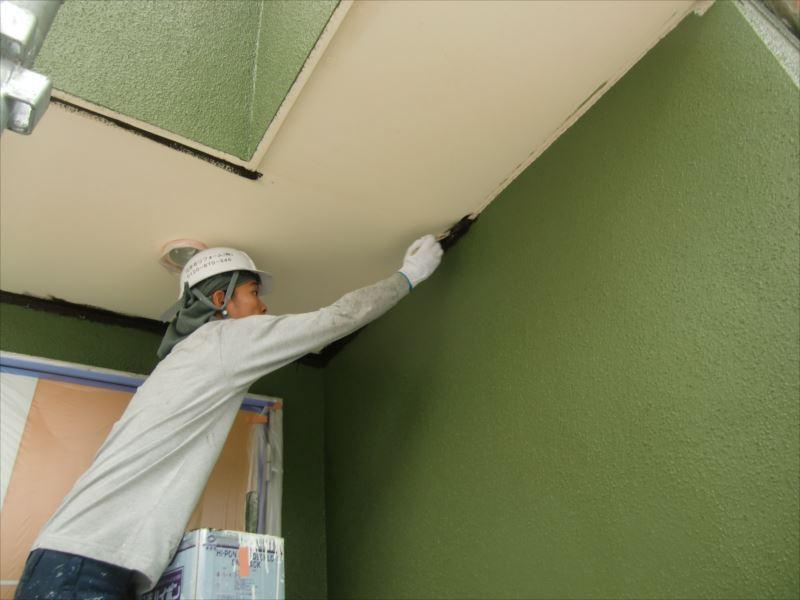 外壁同様下塗りをした軒裏、隅を先に塗ってしまいます。