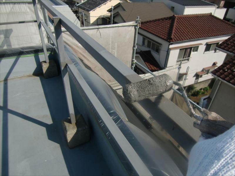 屋上の鉄製手摺を塗っています。