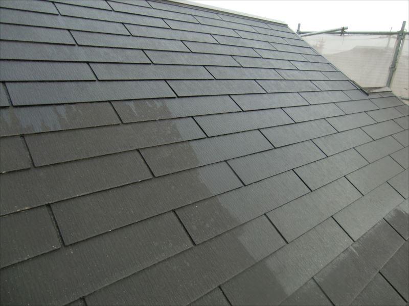 屋根下塗り マイルドシーラーEPOは飴色透明色なので、塗った直後は濡れた色になります。