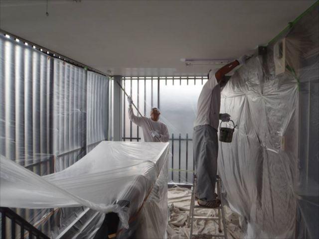外壁塗装の前に天井塗装を行いました。