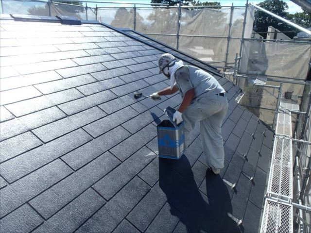 遮熱塗料「クールタイト」で中塗りを行っています。
