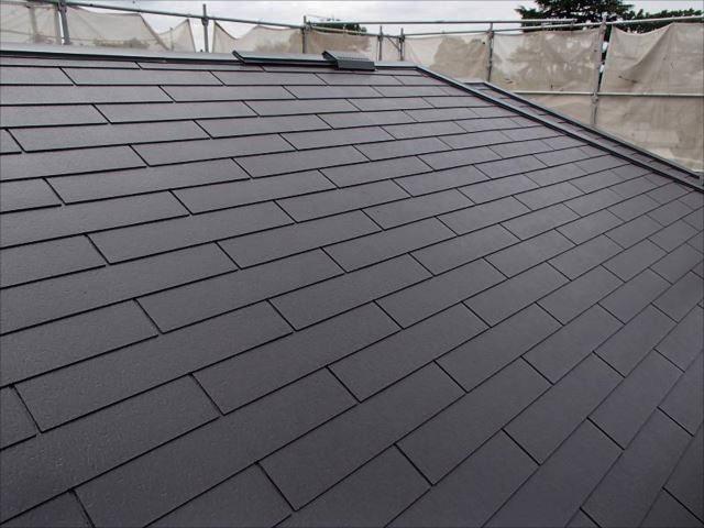 遮熱塗料で塗られた屋根。深みのある艶が特徴です。