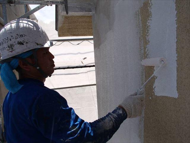 外壁の下塗りです。SK化研の「水性ソフトサーフSG」を使用しています。