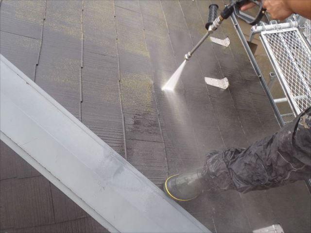 高圧洗浄で屋根の汚れを綺麗に洗い流します。