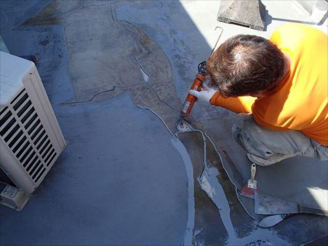 下地のクラック部分にシール材を注入して補修します。