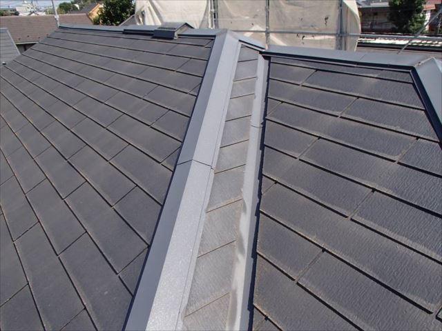 施工前の屋根です。汚れもコケもほとんど有りませんが、既に塗膜が剥がれている状況です。